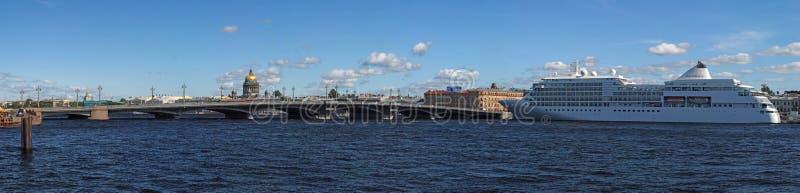 Kreuzschiff in St Petersburg, Russland stockfotografie
