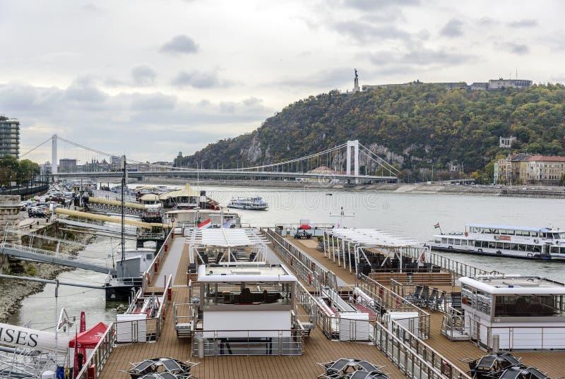 Kreuzschiff und Panoramablick von Donau in Budapest stockbild
