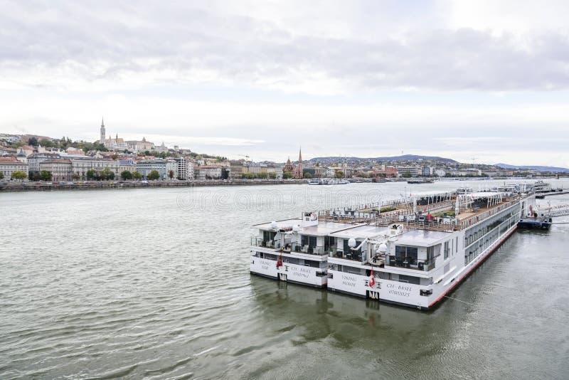 Kreuzschiff und Panoramablick von Donau in Budapest lizenzfreies stockbild