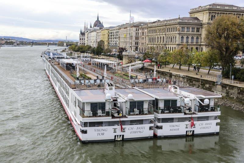 Kreuzschiff und Panoramablick von Donau in Budapest lizenzfreie stockbilder