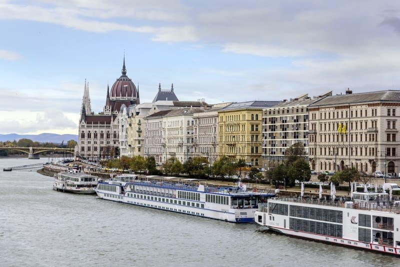 Kreuzschiff und Panoramablick von Donau in Budapest stockbilder