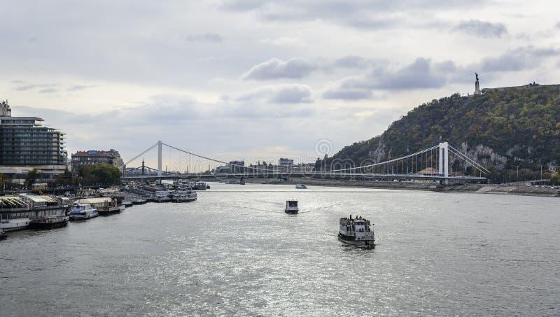 Kreuzschiff und Panoramablick von Donau in Budapest stockfotos