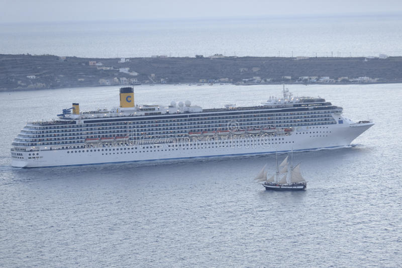 Kreuzschiff und Segelboot in Santorini stockfotografie