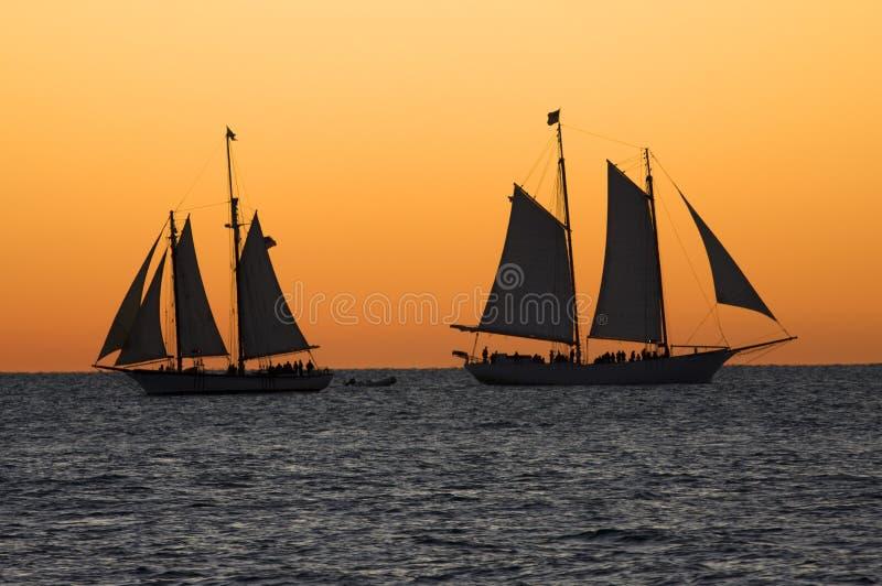 Kreuzschiffe bei Sonnenuntergang in Key West, Florida stockbild