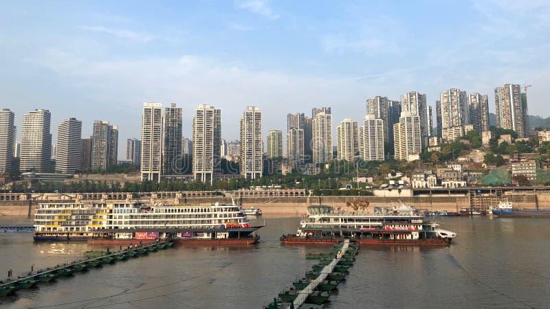 Kreuzschiffe, die auf dem Jangtse in Chongqing, China parken stockfotos