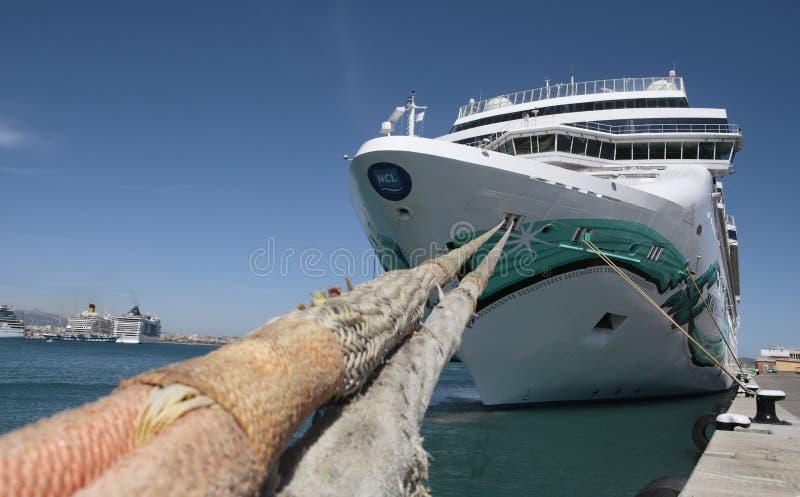 Kreuzschiffe in Hafen Palma de Mallorcas weit lizenzfreie stockbilder