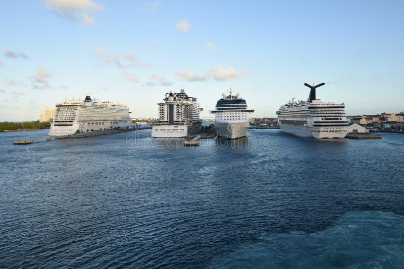 Kreuzschiffe im Hafen von Nasau lizenzfreie stockfotografie