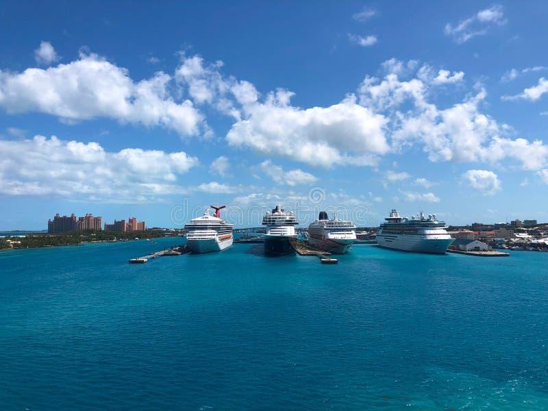 Kreuzschiffe im Nassau-Kanal lizenzfreies stockfoto