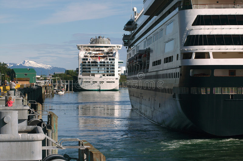 Kreuzschiffe in Juneau, Alaska lizenzfreie stockfotos