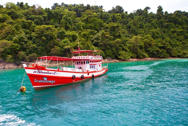 Kreuzschiffe koppelten am Ufer des Rotes an lizenzfreies stockfoto