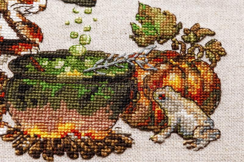 Kreuzstichstickerei mit Katze im Hut, im Gro?en Kessel, in der Kr?te, im Feuer und im K?rbis lizenzfreie stockfotos