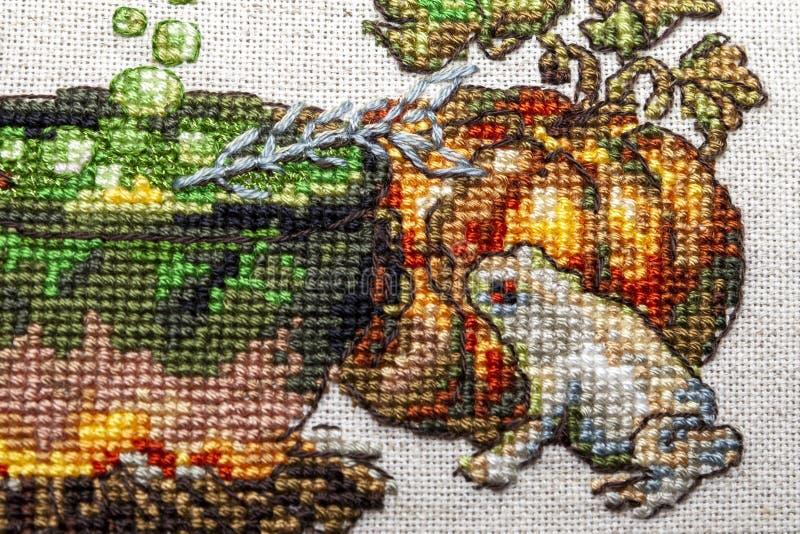 Kreuzstichstickerei mit Katze im Hut, im Gro?en Kessel, in der Kr?te, im Feuer und im K?rbis stockbild