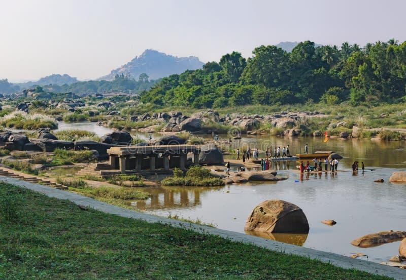 Kreuzung des Hampi-` s Flusses, Indien lizenzfreies stockfoto