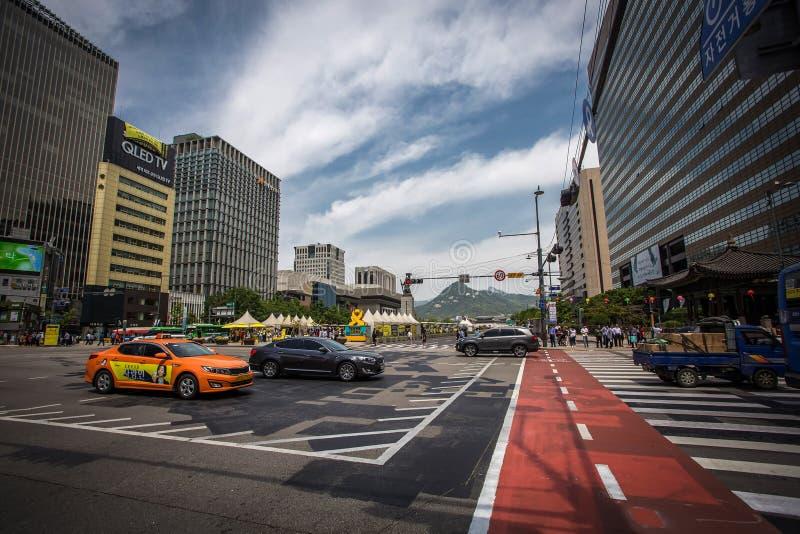 Kreuzung mit vielen Autos nahe Gwanghwamun-Quadrat in Seoul lizenzfreie stockfotos