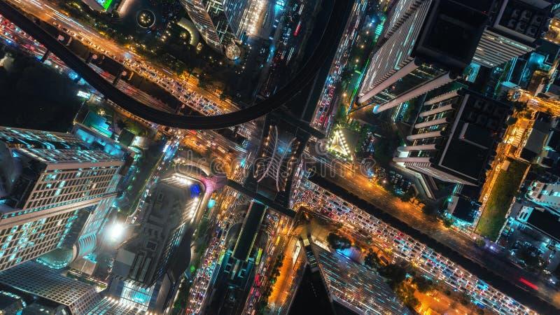 Kreuzungsstraßenschnitt im städtischen Stadtzentrum nachts für Transport- oder Verkehrskonzepthintergrund stockbilder