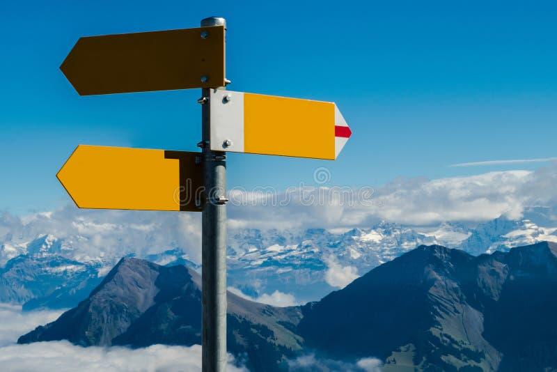 Kreuzungswegweiser im leeren Konzept verfügbar, in der Verwirrung oder in den Entscheidungen, in den Schweizer Alpen stockfotografie