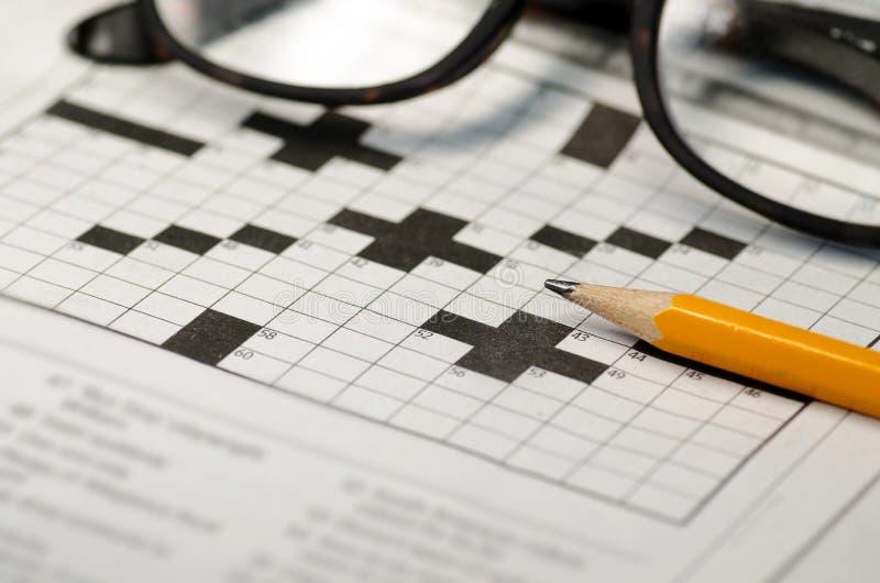Kreuzworträtsel, Bleistift und Lesebrille lizenzfreie stockfotografie