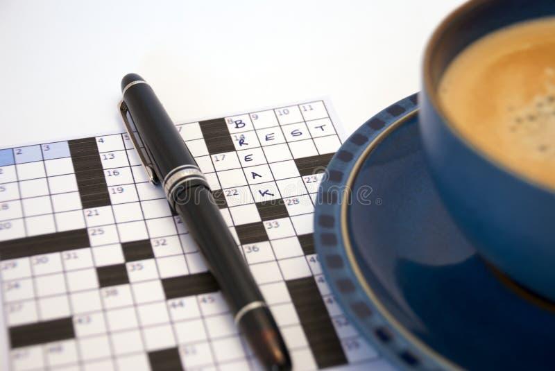 Kreuzworträtsel-Kaffeepause stockfotos