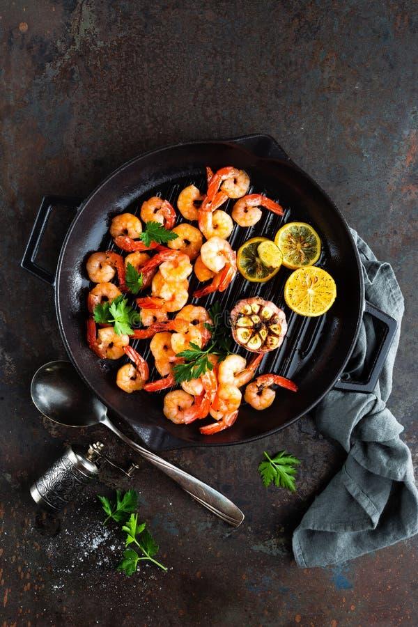 Krewetki piec na grillu smaży nieckę z cytryną i czosnkiem Piec na grillu garnele, krewetki Owoce morza Odgórny widok zdjęcia stock