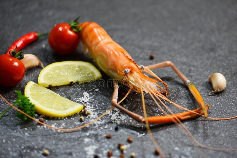 Krewetkowego krewetka oceanu wyśmienity gość restauracji, zakończenie w górę shellfish owoce morza gotującego z/cytryn pikantność zdjęcie stock