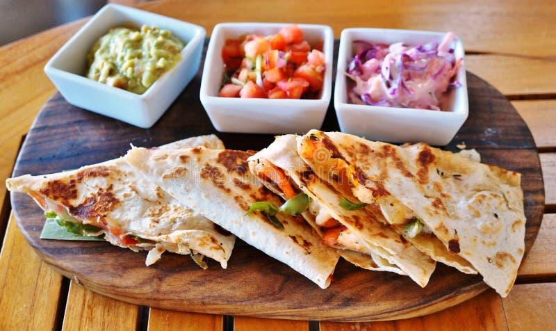 Krewetkowi quesadillas z guacamole De Gallo i Pico fotografia royalty free