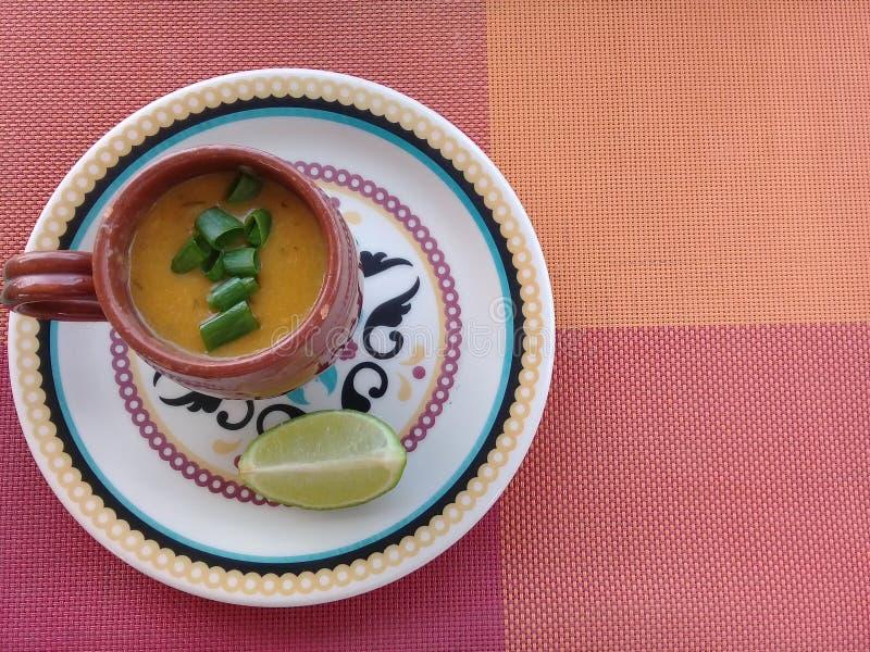Krewetkowy rosół z cytryną na talerzu zdjęcie stock