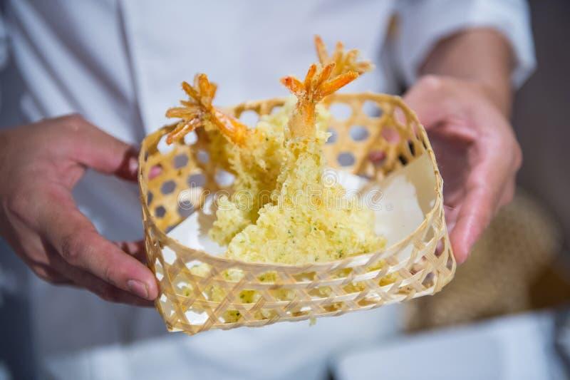 Krewetkowy tempura, smażący w drewnianym koszu fotografia stock