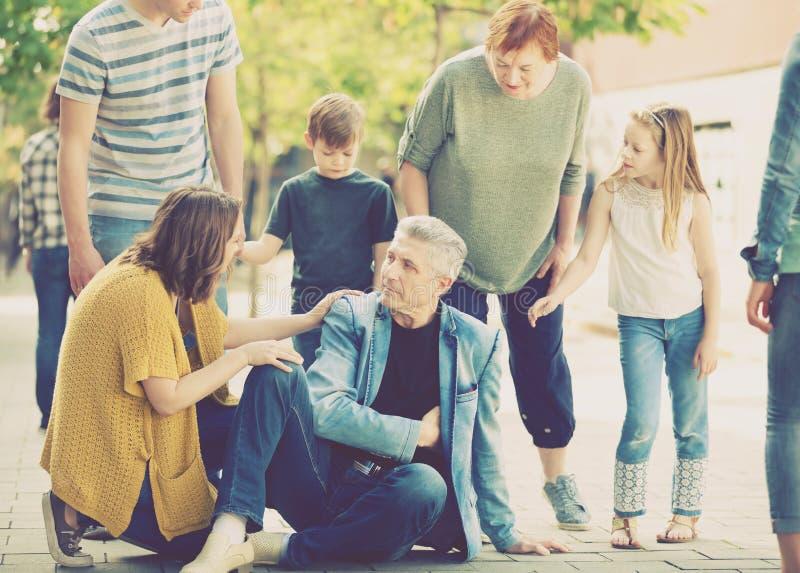Krewni zbliżają dziadu który podsadzkowa obolałość w sercu obraz stock