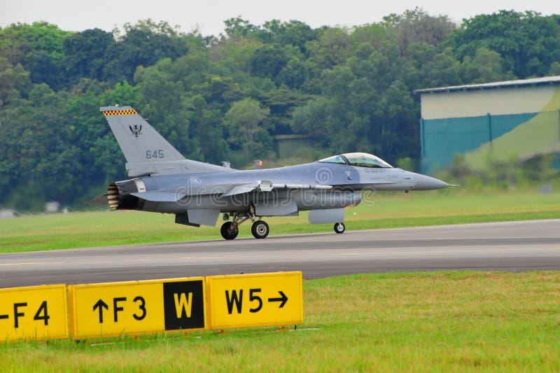 Kriechender RSAF F-16C/D kämpfender Falke lizenzfreie stockfotos