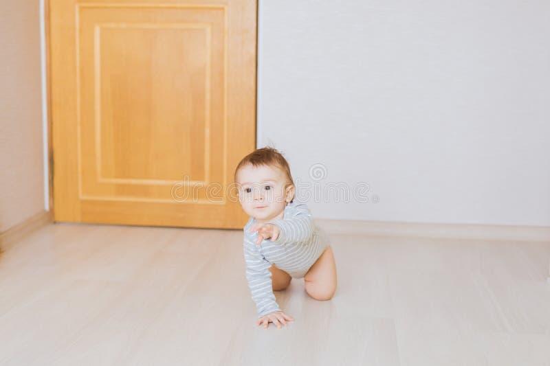 Kriechendes lustiges Baby zuhause zu Hause lizenzfreie stockbilder