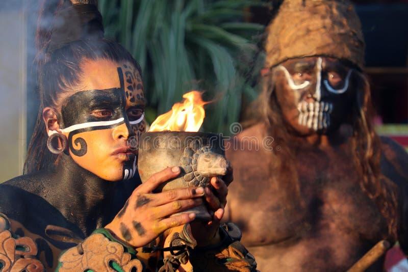 Krieger des Mayas steht mit Becher Feuer lizenzfreies stockbild
