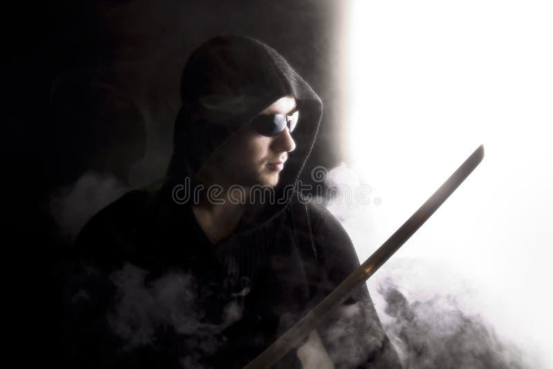 Krieger im abstrakten Rauche auf schwarzem Hintergrund stockfotografie