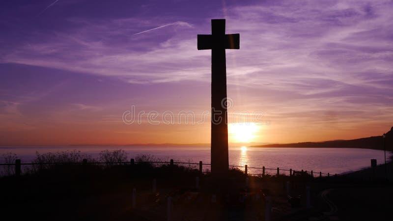 Kriegsdenkmal gegen einen Sonnenuntergang auf einem clifftop in England stockfoto