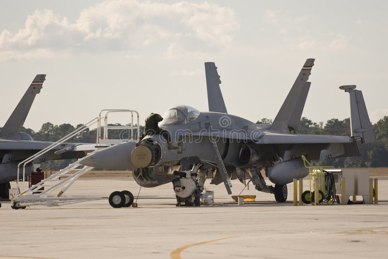 Kriegsflugzeug, das repariert wird stockfotos