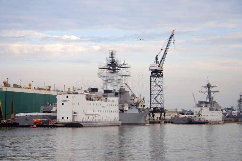 Kriegsschiff in der Marinestation Norfolk, Virginia lizenzfreie stockbilder