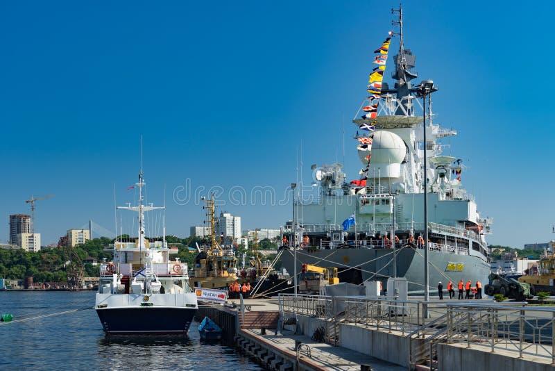 Kriegsschiffe auf dem Pier gegen das Meer und den blauen Himmel lizenzfreie stockbilder