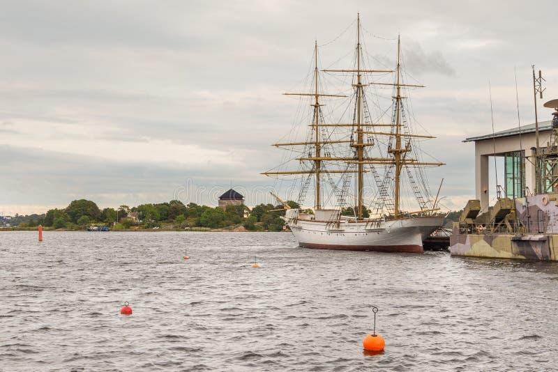 Kriegsschiffe und Segelschiff, externe Marinmuseum-Ausstellungen, Karlskrona, Schweden lizenzfreies stockfoto