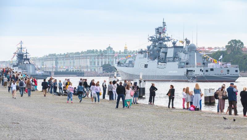 Download Kriegsschiffsstand Festgemacht Auf Neva River Redaktionelles Stockfotografie - Bild von heiliger, stadt: 96926732