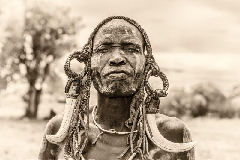 Krigare från den afrikanska stammen Mursi, Etiopien arkivfoton