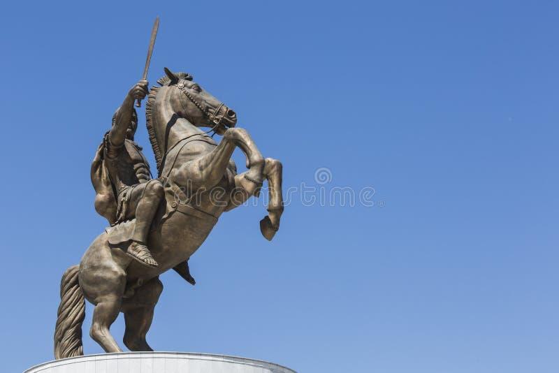 Krigare på en häststaty Alexander det stort på den Skopje fyrkanten fotografering för bildbyråer