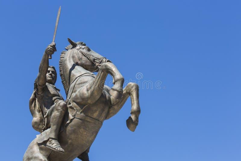 Krigare på en häststaty Alexander det stort på den Skopje fyrkanten arkivfoton