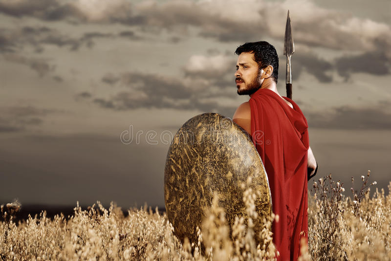 Krigare som bär som spartanskt se över skuldra fotografering för bildbyråer