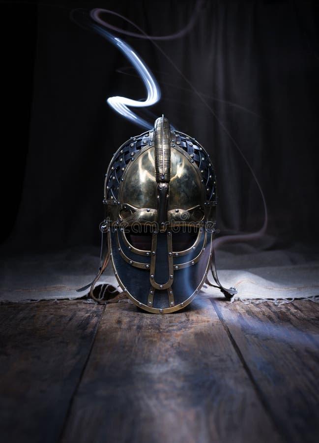 Krigareande Härlig historisk hjälm av en forntida krigare arkivfoton