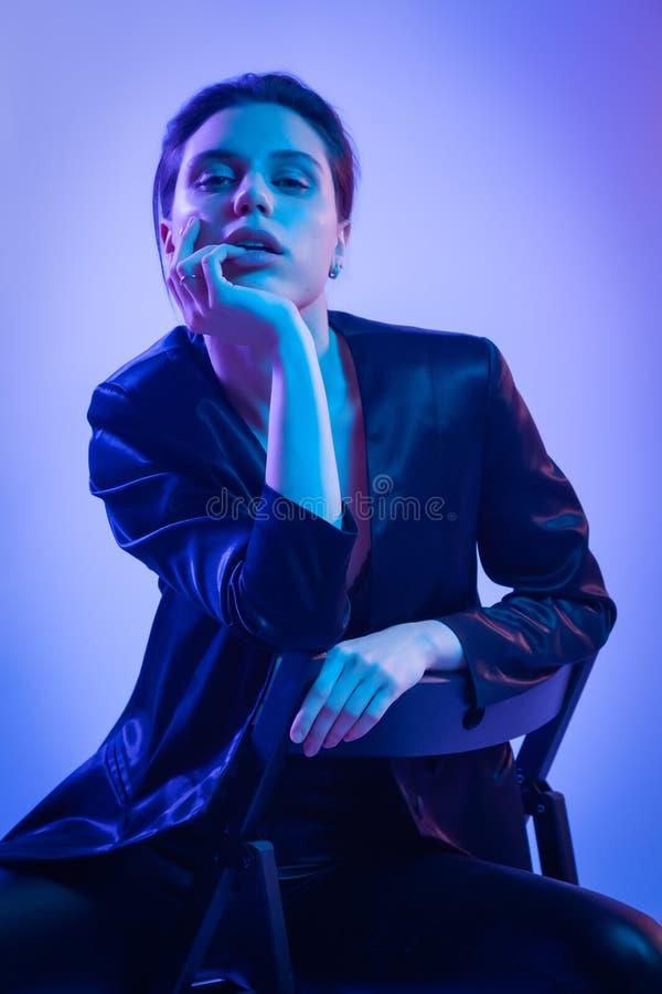 Krigarekvinna i rosa blå neonligh royaltyfria foton
