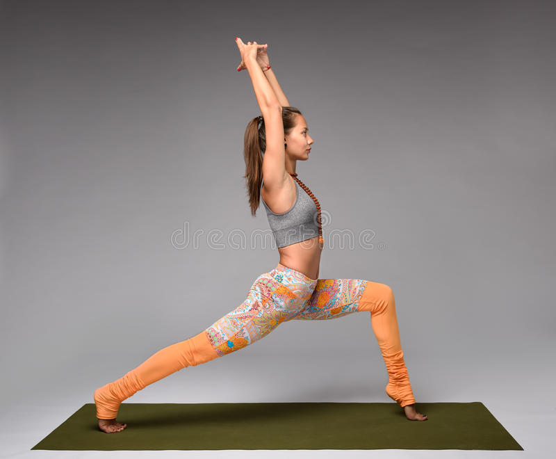 Krigaren poserar yoga arkivfoton