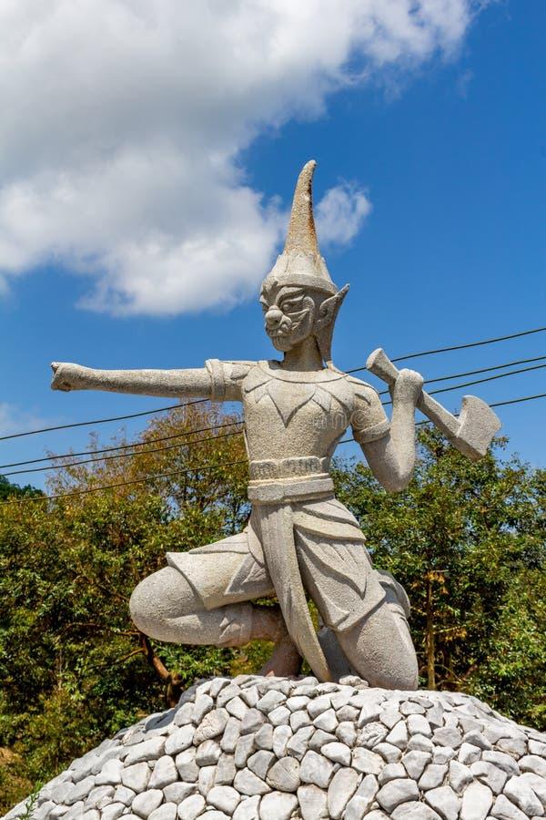 Krigareskulptur i djungeln Thailand arkivbild