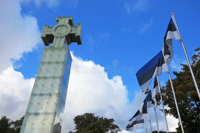 Kriget av självständighetmonumentet med estonian flaggor på frihetsfyrkanten, Tallinn, Estland arkivfoton