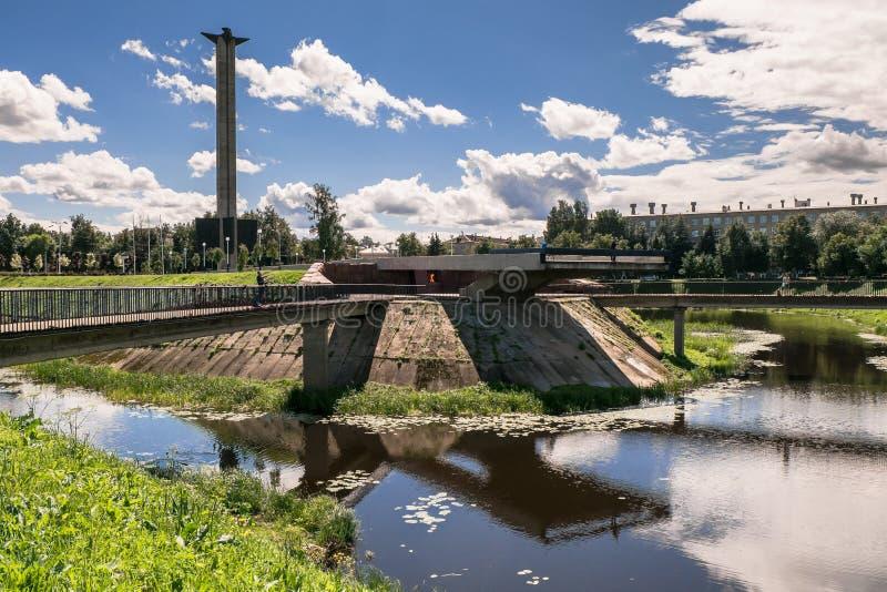 Krigminnesmärken på den Tmaka flodinvallningen i staden av Tver, Ryssland arkivbild