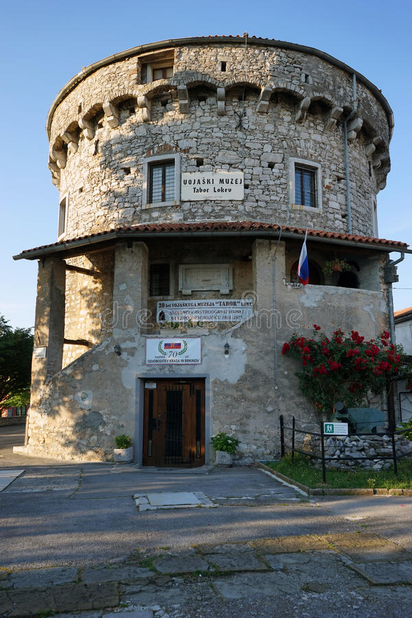 Download Krigmuseum i gammalt torn redaktionell arkivbild. Bild av flagga - 78726697
