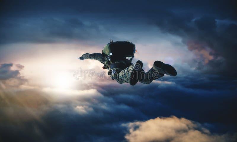 Krigsmakt med hoppa fallskärm i luften stock illustrationer
